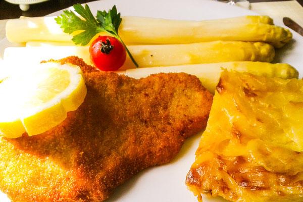 Spargel mit Kartoffelgratin und Schweineschnitzel
