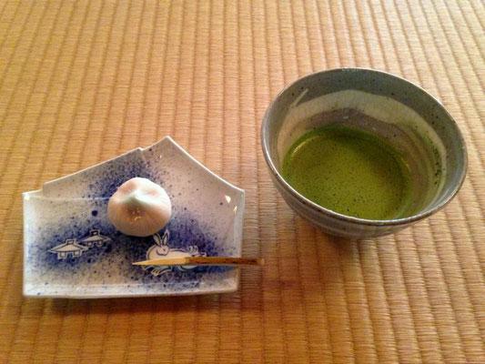 Teezeremonie in Kenrokuen Garden, Kanazawa Matcha Tee mit japanischer Süßigkeit