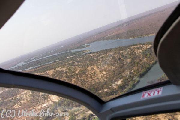 Schräglage des Helikopters über dem Mosi Oa Tunya Nationalpark