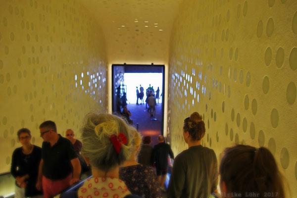 die zweite, kurze Rolltreppe oder Tube der Elbphilharmonie