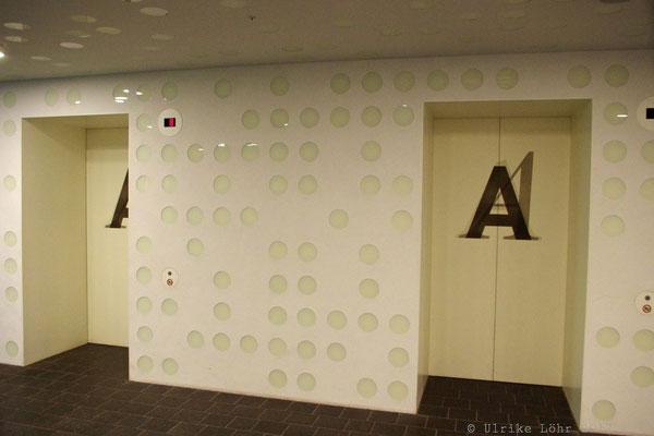 Aufzüge im Eingangsbereich der Elbphilharmonie