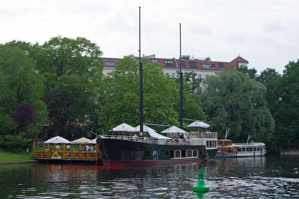 Restaurantschiff im Urbanhafen
