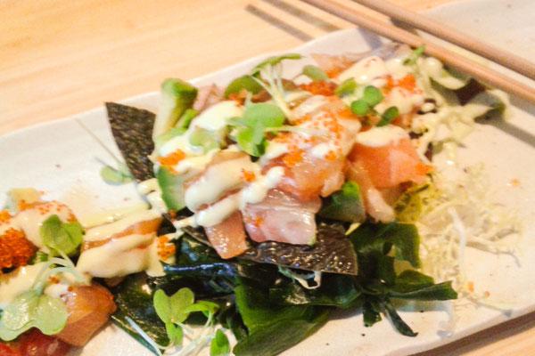 Avocadosalat mit roh-mariniertem Fisch und Rettichmayonnaise