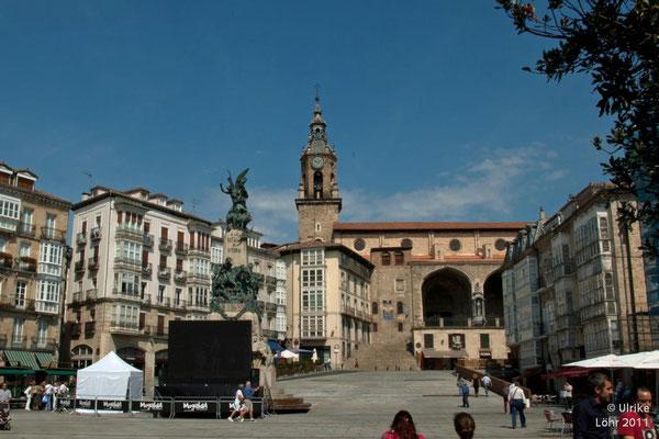 Plaza de la Virgen Blanca, Denkmal zur Schlacht von Vitoria