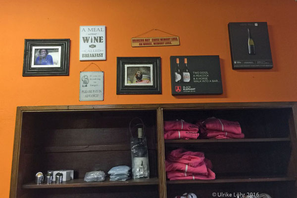 "Im ""Tasting Room"" bei Black Elephant Vintners gibt es auch Shirts, Hoodies, Kappen..."