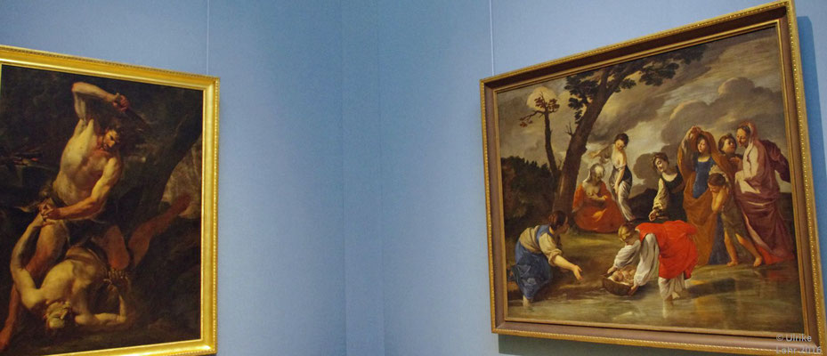 Die Wände, farbig bespannt mit extra gewebten Textilien, unterstreichen die Farbigkeit der Gemälde