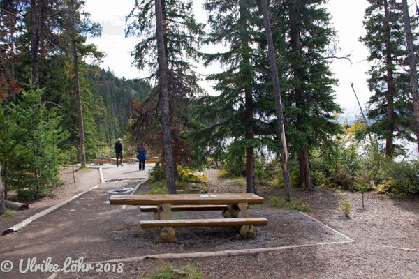 Picknickplatz mit Tisch, den auch Personen im Rollstuhl unterfahren können
