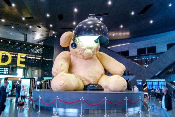 """die sieben Meter hohe Skulptur """"Lamp Bear"""" (2005-2006) des Schweizer Künstlers Urs Fischer im Hamad International Airport"""