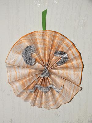 citrouille d'Halloween en pliage de feuille rectangulaire, resserrée en son milieu puis agrafée