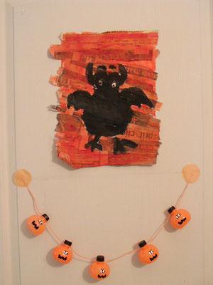 tableau chauve souris : grand carton recouvert de lambeaux de journal, peindre en orange, puis peindre la forme désirée.