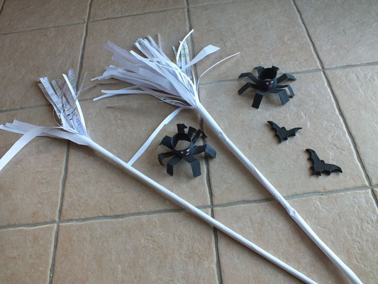 balai de sorcière en feuille de papier : avec une grande feuille de papier de sous-main qui est roullée , serrée puis ajout de 2 feuilles A4 frangées aux ciseaux, puis roulées au bout et scotchées