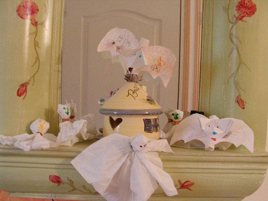 fantome en mouchoir en papier, avec tête en boule de mouchoir, yeux au feutre. Chauve souris en papier