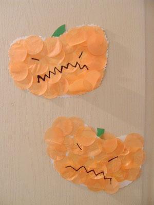 grosse citrouille en carton, collage de gros confettis oranges et déco au feutre