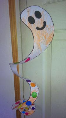 mignon petit fantome d'Halloween, forme escargot à décorer par l'enfant (crayon, gommette...) puis découpage par adulte