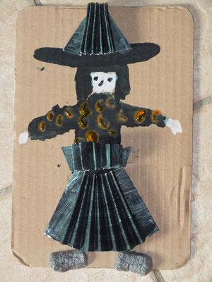 Sorcière d'Halloween en relief : robe et chapeau en papier peind en noir et plié en accordéon
