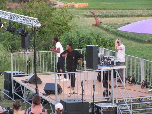 Avec son DJ et son Choriste