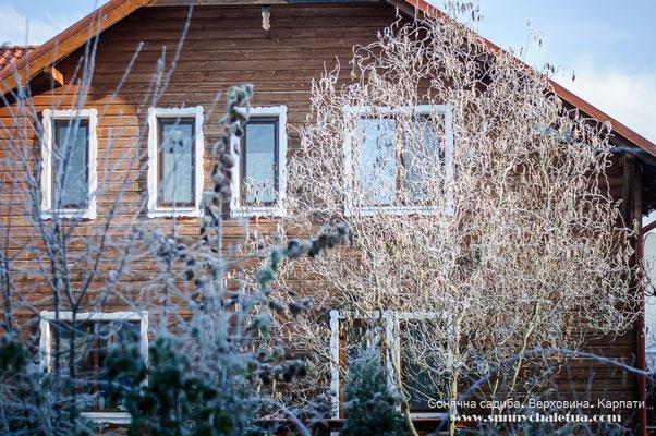 Морозний ранок. Сонячна садиба, Верховина, Карпати.