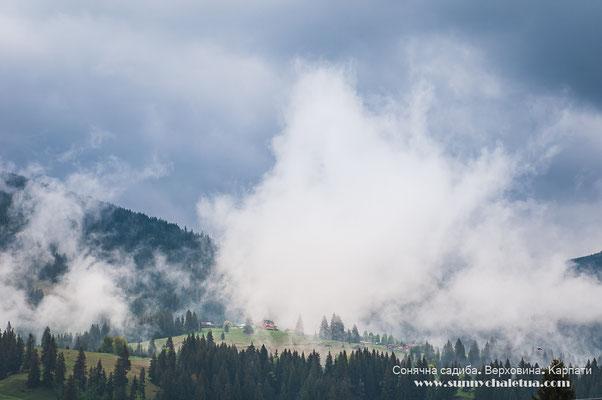 Верховина. Гори в хмарах. Травень в Карпатах.