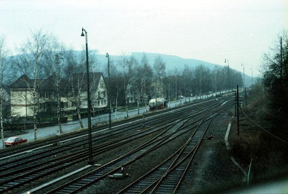 Der Blick des Stellwerkers über die westliche Einfahrt bis hin zum Bahnübergang der B 64.    Foto K. Maaser