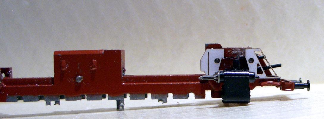 Nach dem schon bekannten Skelettieren der Lok wird erst einmal Probe halber eine maßstabsgerechte Kartonschablone aufgesetzt um die angedachte Wirkung zu simulieren.