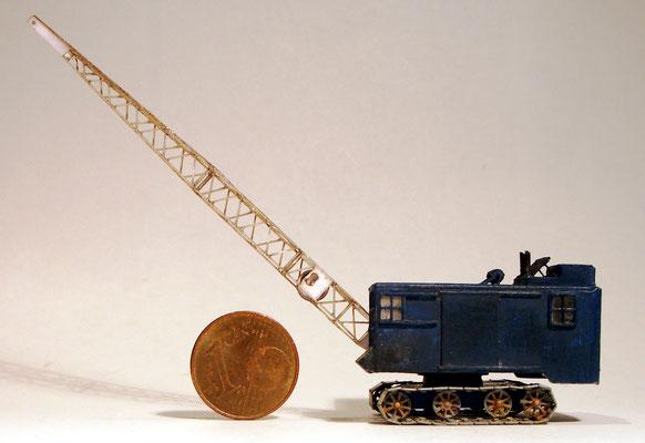 Ganz so wuchtig und groß ist so ein Bagger nun doch nicht - wie klein er jedoch bei der maßstäblichen Modellumsetzung wurde zeigt unser plazierter Cent.