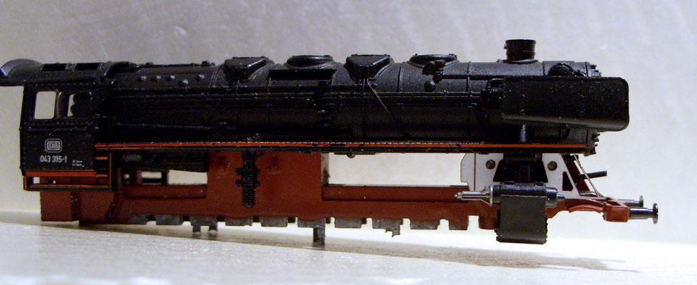 Die Schablone mit Zylindern und Kessel mit Führerstand.