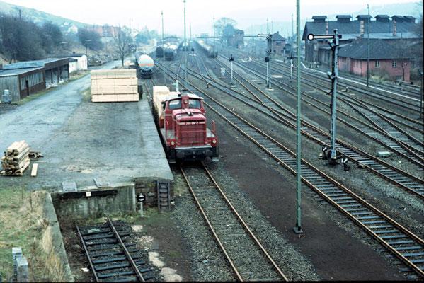 Blick vom Stellwerk Ow in Richtung Lokschuppen und Empfangsgebäude zu Zeiten, in denen noch Betrieb in Ottbergen herrschte.   Foto  K. Maaser