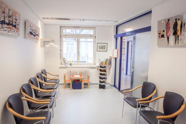 Wartezimmer im Zahnzentrum Fiedler Kenzingen, Spezialisten für Zahnheilkunde, Oralchirurgie und MKG-Chirurgie und Implantologie