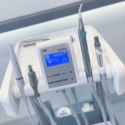 Mobile Behandlungseinheit im Zahnzentrum Fiedler Kenzingen, Display, Instrumente, Technologie, Hausbesuch, Zahnarzt Behandlung außer Haus