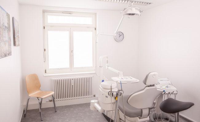 Behandlungszimmer Behandlungsraum im Zahnzentrum Fiedler Kenzingen, Spezialisten für Zahnheilkunde, Oralchirurgie und MKG-Chirurgie und Implantologie