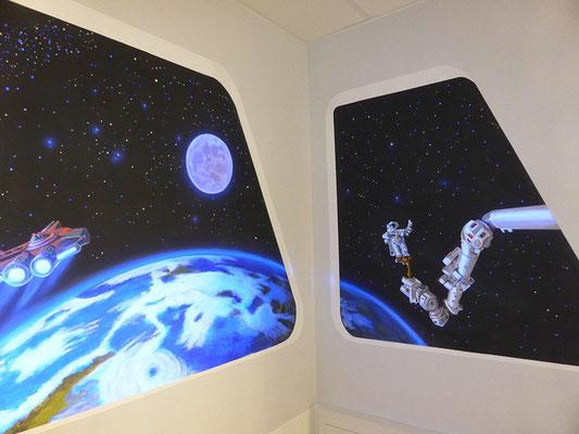 Die Erde wurde absichtlich perspektivisch verzerrt gemalt, damit ein auch in der Raumecke ein wirklichkeitsnaher Eindruck entsteht.