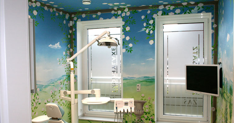Das Rosenzimmer der Praxis. Die Wandmalerei soll eine angenehme friedliche Atmosphäre schaffen.