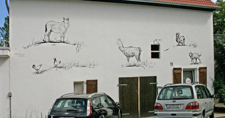 Entwurfsskizze der Fassadenmalerei mit Schwarz-weiß-Motiven.
