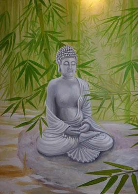Unten entschwindet der Bach im Bambuswald. Die Statue eines meditierenden Buddhas fügt sich stimmungsvoll in die Landschaft ein.