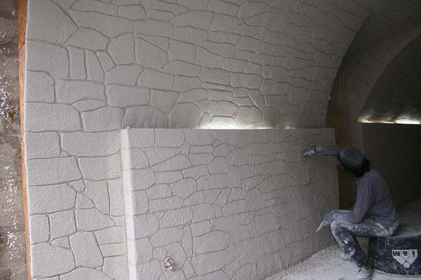 Materialimitation, Steinimitation, in den feuchten Putz wird die Struktur und die Steinform angelegt