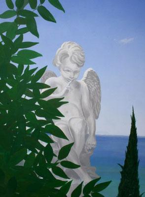 Bildausschnitt der Darstellung einer Engel-Skulptur hinter grünem Blattwerk.