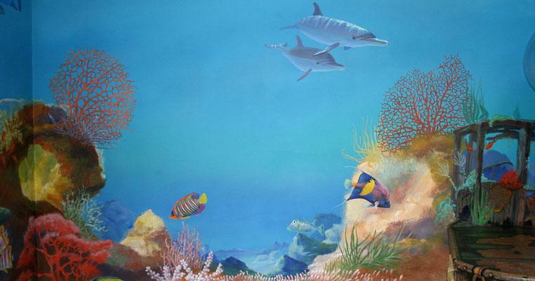 Im Bild befindet sich auch ein korallenüberwuchertes Wrack.