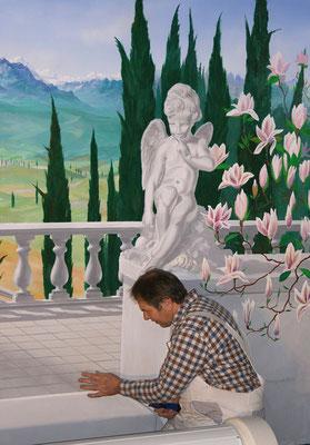Detailansicht der Wandmalerei mit Balustrade und Engel-Skulptur.