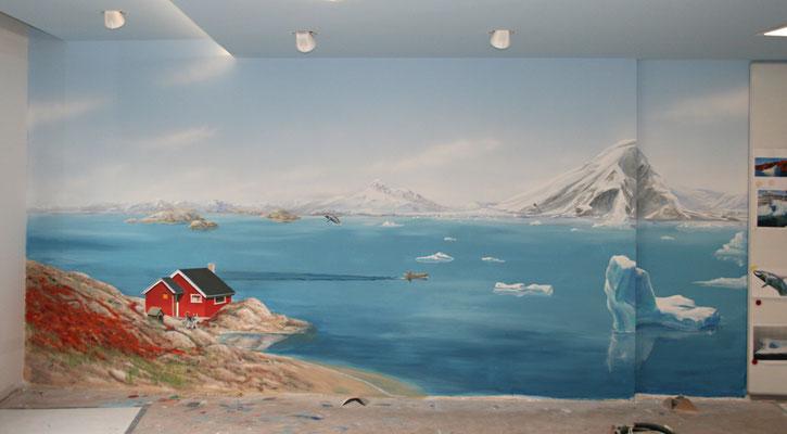 Kurz vor der Fertigstellung einer Wandfläche der Eislandschaft mit rotem Schwedenhaus