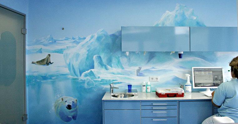 Die weitläufige Eiswelt mit einem Polarfuchs schmückt die Wand hinter dem Arbeitsbereich.