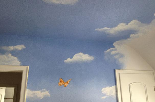 Deckenmalerei in einem Kinderzimmer.