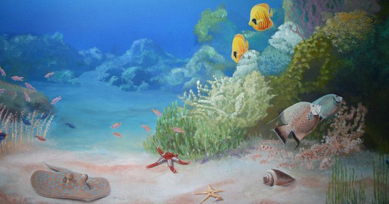 Wandmalerei einer Unterwasserwelt. Ausschnitt einer Wandbemalung in einer Arztpraxis mit typischen Fischen des Roten Meeres.