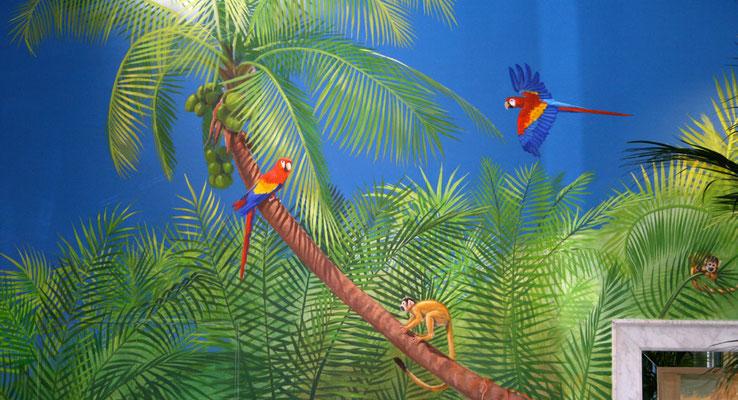 Bildausschnitt mit zwei farbenfrohe Aras vor dem blauen Himmel der Karibik.