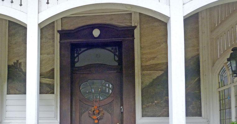 Zustand des Eingangsportals vor der Restaurierung. Es zeigt das Rheintal mit den Burgen Katz und Maus.