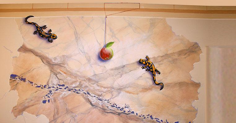 Surrealistisch anmutendes Wandbild mit Salamandern.