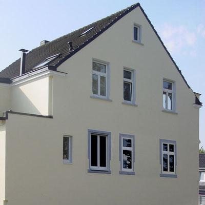 Die Ausführung: Illusionsmalerei zweier Fenster (die rechten beiden) mit gemaltem Stuckrahmen (auch um das echte Fenster).