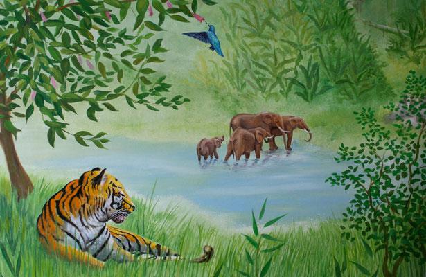 Wandbild mit ruhendem Tiger, kleiner Elefantenherde und Kolibri