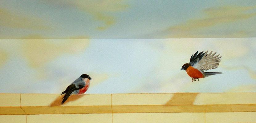 Wandbild mit Vögel unterhalb der ebenfalls bemalten Decke.