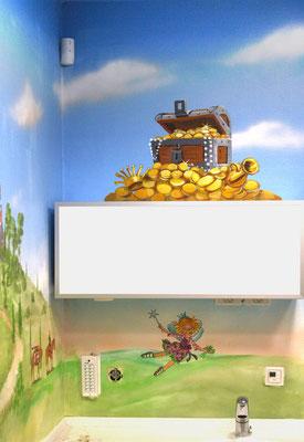 Teilansicht des Behandlungsraumes mit Bilderbuchmotiven wie Lillifee und einer Schatztruhe.