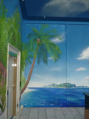 Das Wandbild des Palmenstrands...
